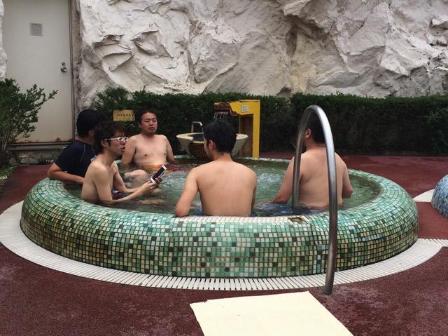 屋外温泉で寄り合い