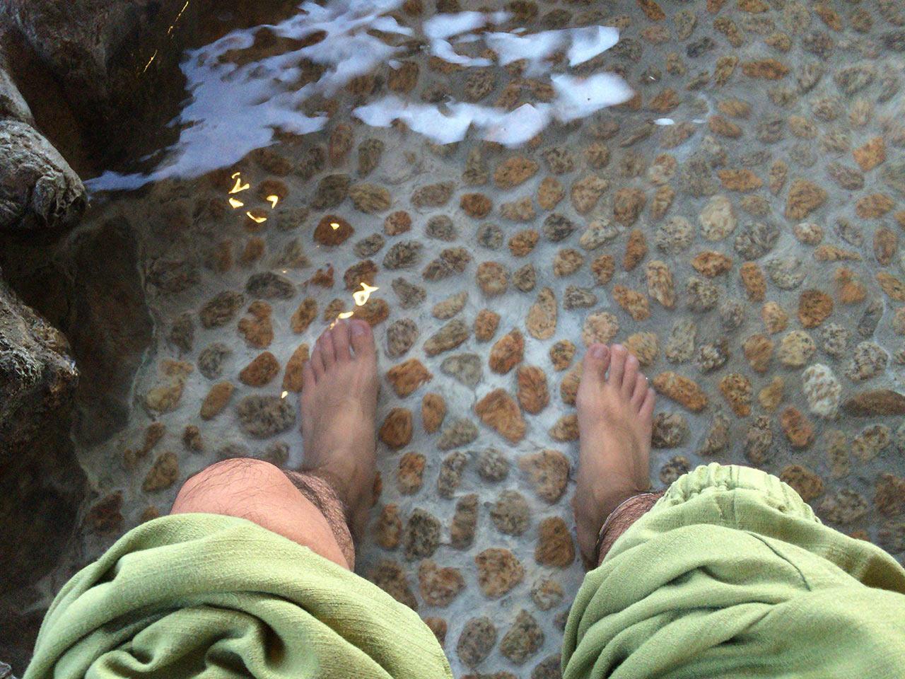 足湯に浸かる
