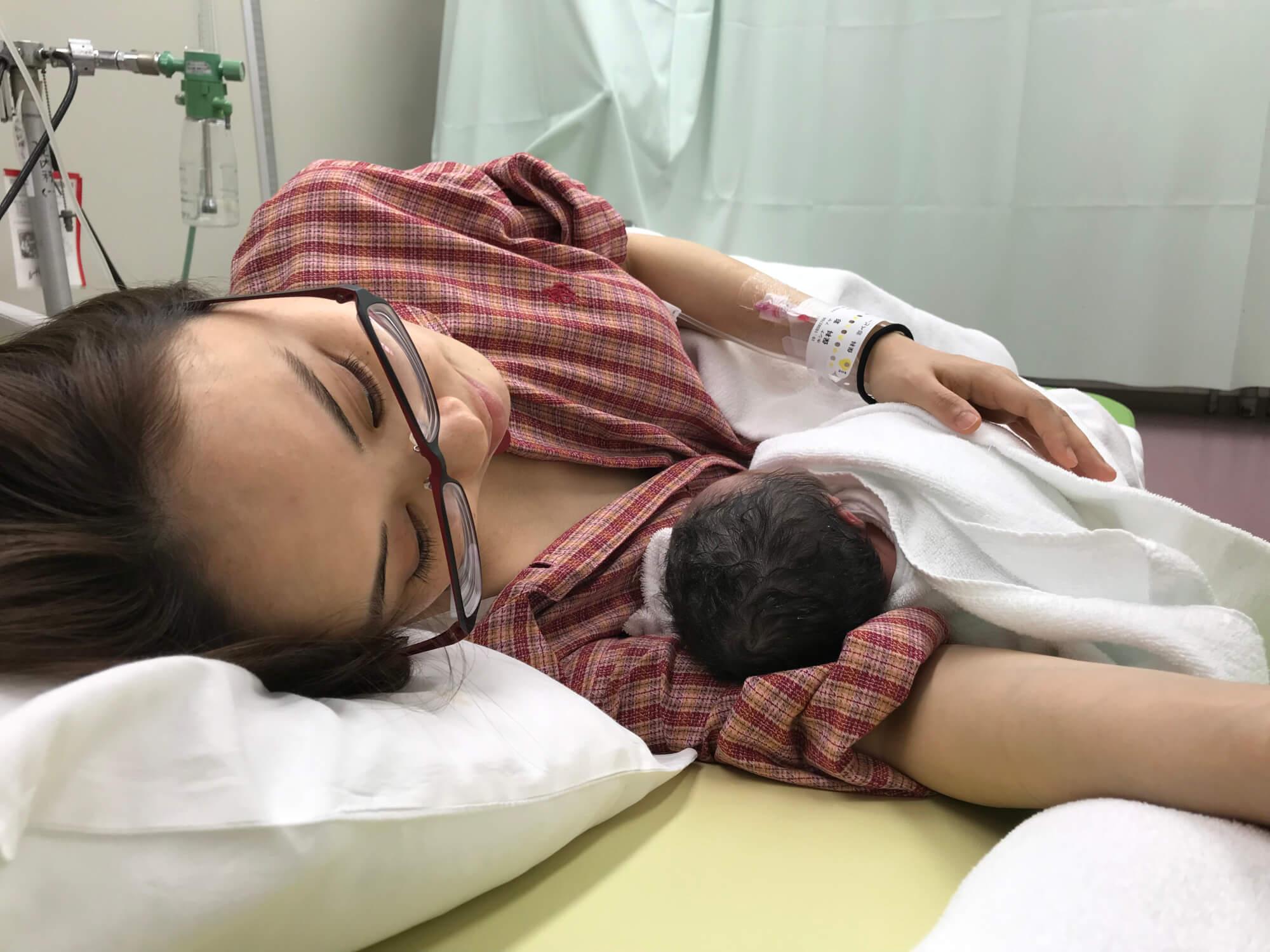 出産 後に抱きかかえるヨメデビさん